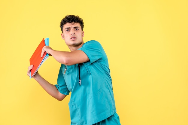 전면보기 의사 문서와 빨간색과 파란색 폴더와 의사