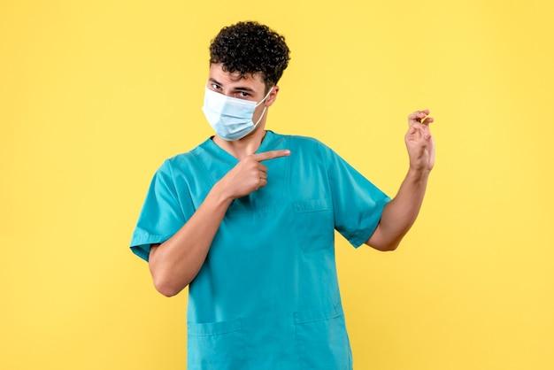 전면보기 의사 의사가 심각한 질병을 가진 사람에 대해 걱정