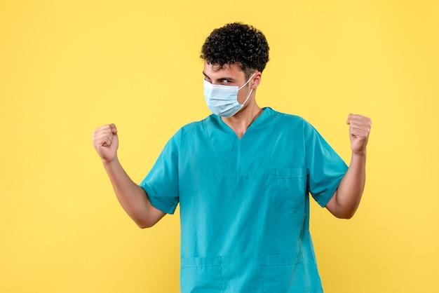 正面の医者医者は深刻な病気の人を心配しています