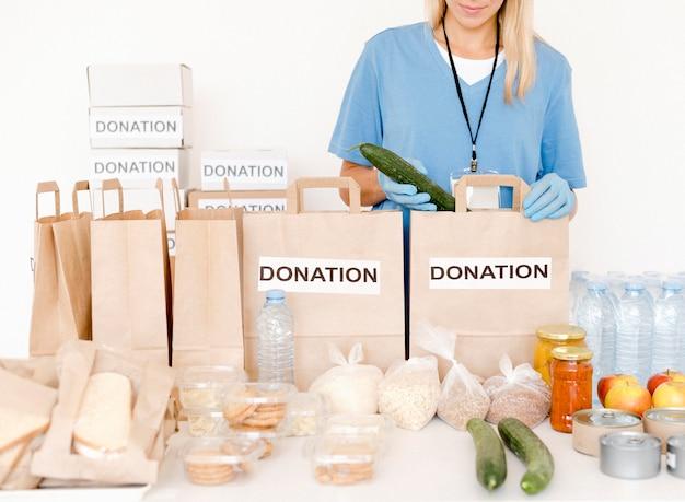Vista frontale delle borse di donazione con cibo e disposizioni