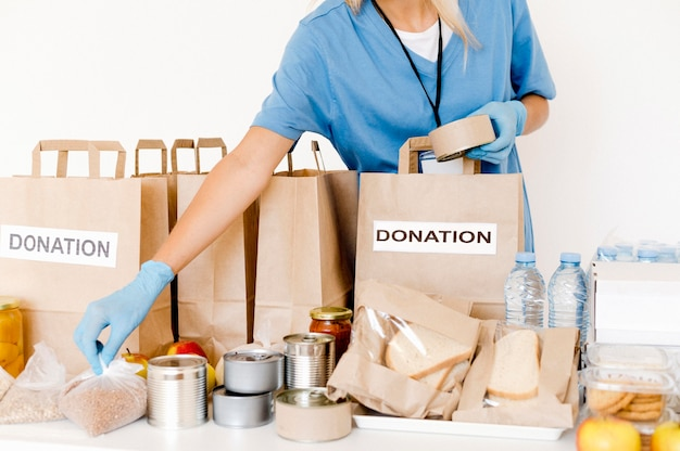 Vista frontale delle borse di donazione con disposizioni