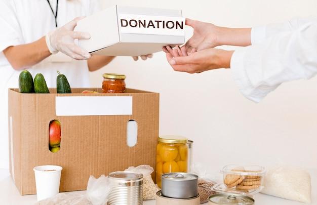 Vista frontale della scatola di donazione in preparazione con il cibo