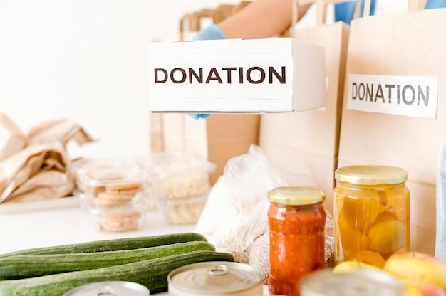 Vista frontale della scatola di donazione con cibo