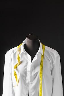 Vista frontale della forma del vestito con camicia e nastro di misurazione