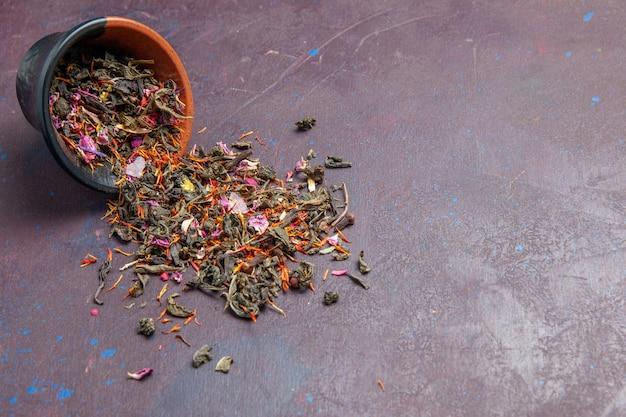 Vista frontale tè fresco essiccato su fondo scuro aroma di polvere di tè vegetale