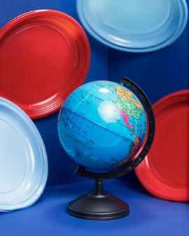 Vista frontale del globo terrestre con lastre di plastica