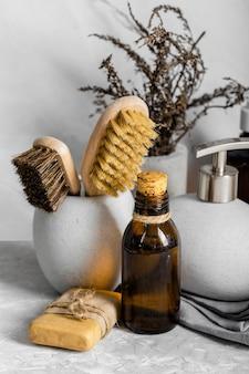 Vista frontale di prodotti per la pulizia ecologici con spazzole e sapone