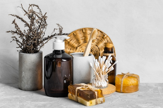 Vista frontale di prodotti per la pulizia ecologici con sapone e tamponi di cotone