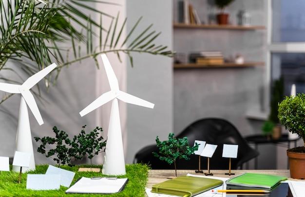 Vista frontale di un layout di progetto di energia eolica ecologico con turbine eoliche sulla scrivania