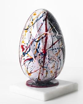 白い床に並ぶ色の正面図の卵