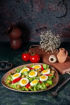 正面図のエッグサラダは、ダークブルーの背景にオリーブとグリーンサラダで構成されています