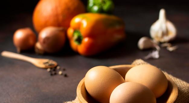 正面図の卵と野菜