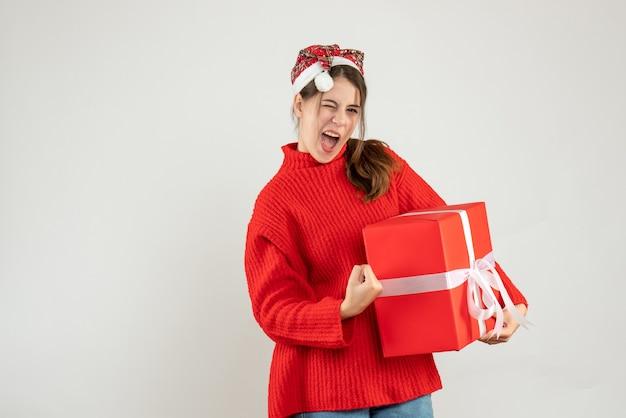 正面図サンタの帽子をかぶった高揚した女の子