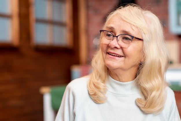 Вид спереди старшая женщина в очках