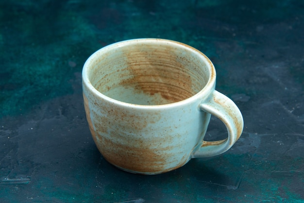 Пустая чашка, вид спереди на темноте