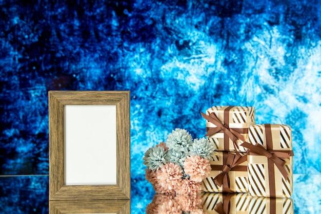 正面図空の額縁バレンタインデーは青い抽象的な背景の空きスペースに花を提示します