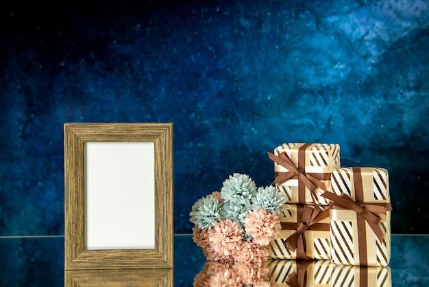正面図空の額縁バレンタインデーは濃い青の抽象的な背景の空きスペースに花を提示します