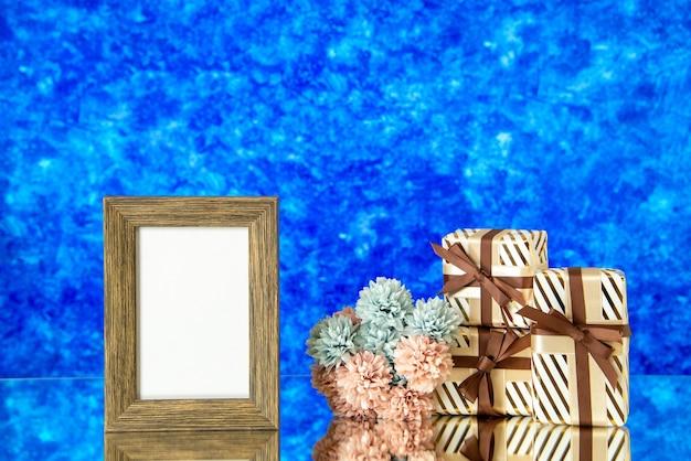 正面図空の額縁バレンタインデーは青い抽象的な背景と花を提示します