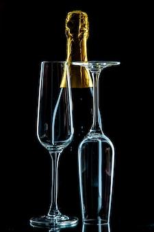 黒い飲み物のワインの写真にシャンパンを入れた正面の空のワイングラス