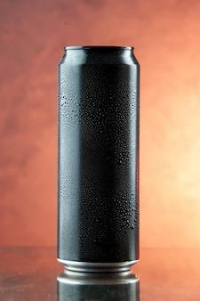 Энергетический напиток в банке на легком алкогольном фото, вид спереди, цветной напиток