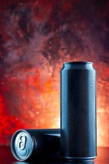 赤い飲み物のアルコールの写真の暗闇に缶に入った正面図のエナジードリンク
