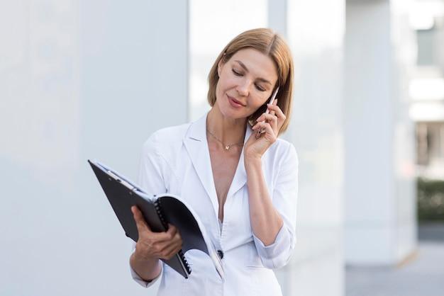 Предприниматель вид спереди разговаривает по телефону