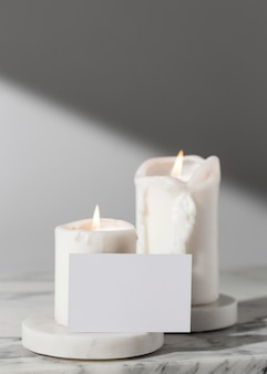 Vista frontale delle candele del giorno dell'epifania e della scheda in bianco