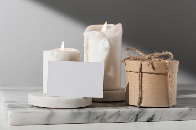 Vista frontale delle candele del giorno dell'epifania e della confezione regalo