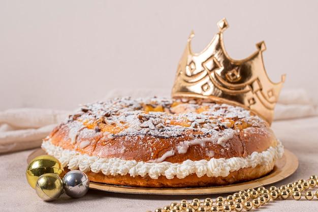 Vista frontale epifania giorno cibo sul piatto d'oro