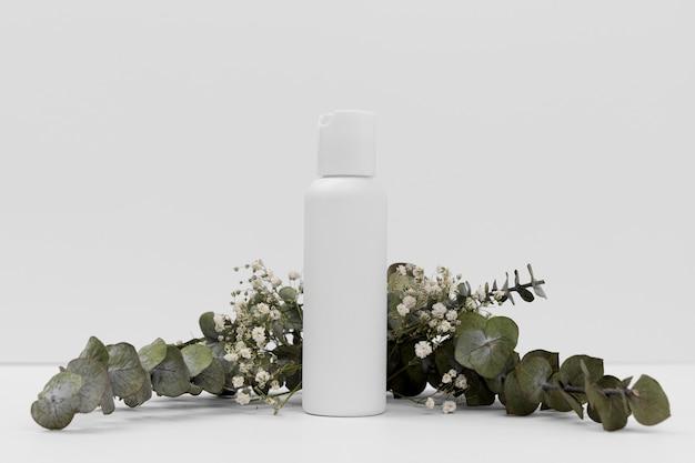 Vista frontale del concetto di bottiglia di olio essenziale