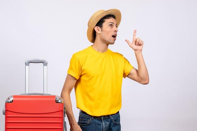 Vista frontale eccitato giovane uomo con maglietta gialla che ottiene nuova idea