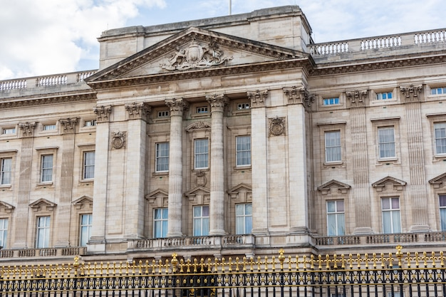 Front view of the facade of buckingham palace in london