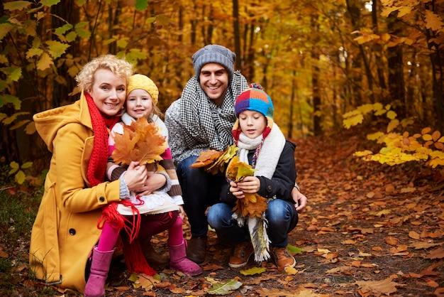 Vista frontale della famiglia nella foresta