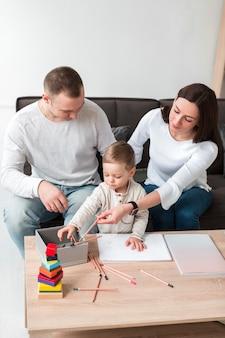 Vista frontale della famiglia che gioca insieme a casa