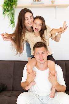 Семья, вид спереди, проводящая время вместе дома