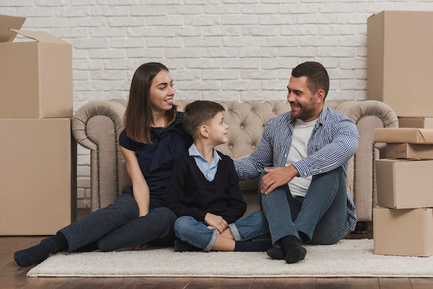 Вид спереди семейного времени в помещении