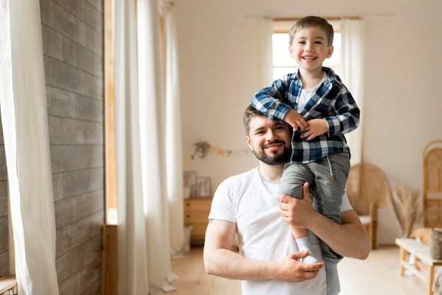 Отец и ребенок вид спереди, будучи счастливым