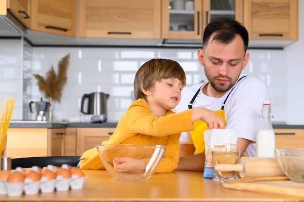 正面の父と子が調理する準備ができて