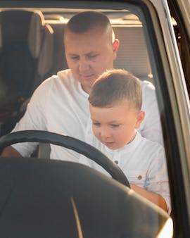 車の正面図の父と子