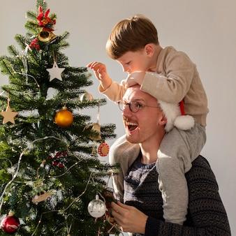 Vista frontale di padre e figlio con il natale