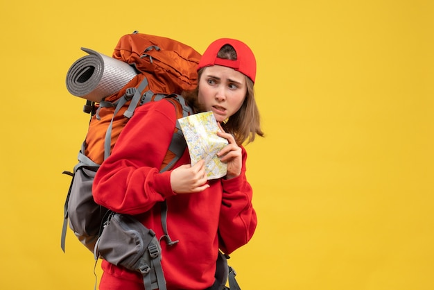Женщина-туристка, держащая карту путешествий