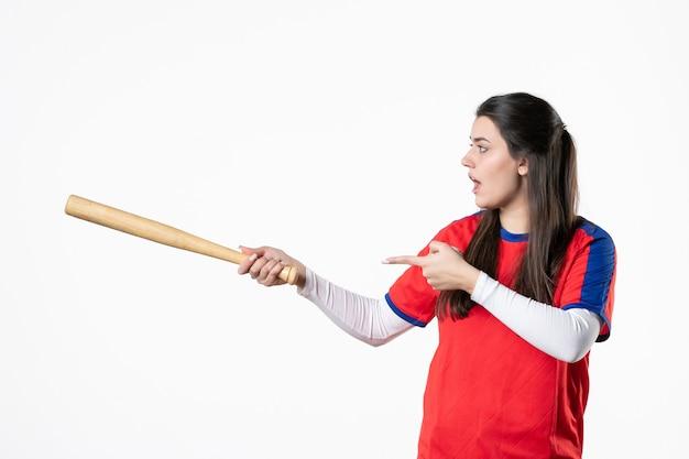 バットアンドボールと正面図の女性野球選手