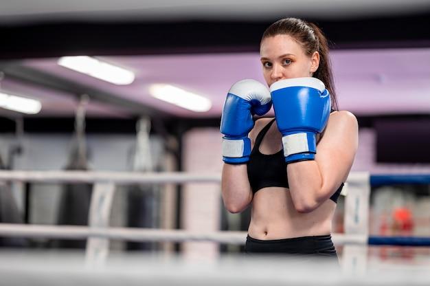 Vista frontale dell'addestramento femminile del pugile