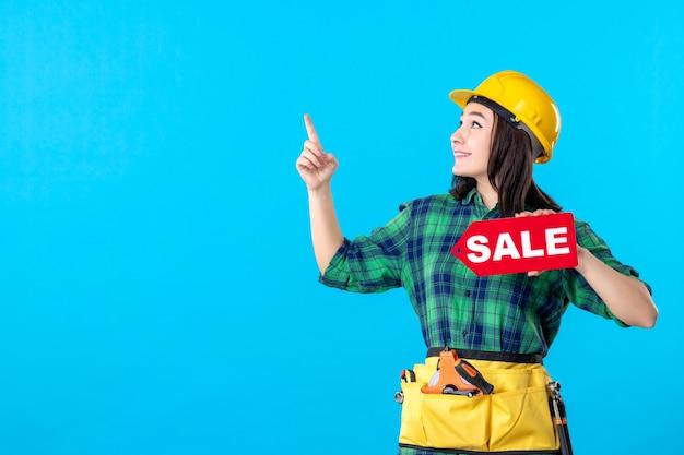파란색에 빨간색 판매 쓰기를 들고 전면 보기 여성 빌더