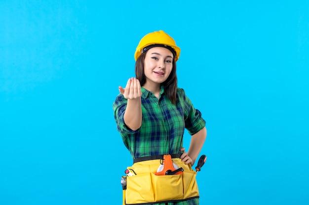 파란색에 유니폼과 헬멧에 전면 보기 여성 빌더