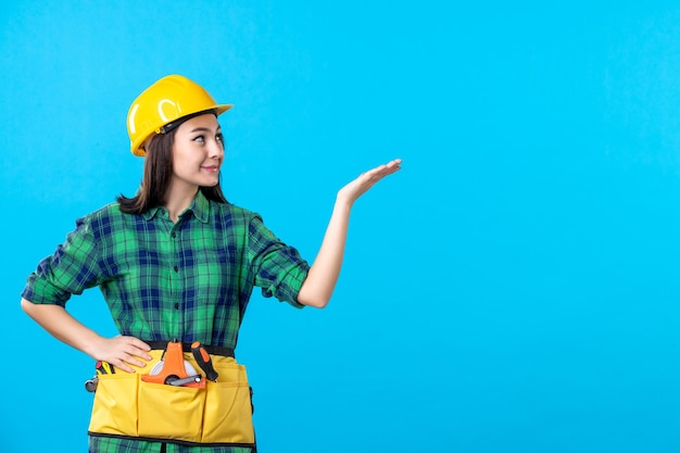 Costruttore femminile di vista frontale in uniforme e casco su blue
