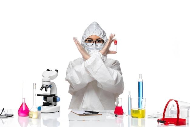 흰색 배경 바이러스 건강 화학 covid-에 빈 플라스크를 들고 특수 보호 복에 전면보기 여성 화학자