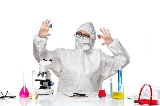 흰색 배경 바이러스 건강 화학 covid에 빈 플라스크를 들고 특수 보호 복에 전면보기 여성 화학자