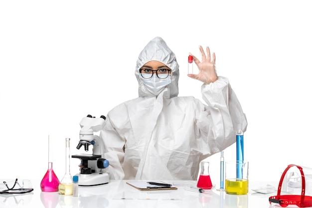 흰색 배경 바이러스 건강 화학 covid-에 플라스크를 들고 특수 보호 복에 전면보기 여성 화학자