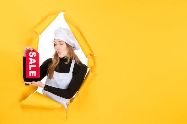 노란색 직업 부엌 감정 음식 사진 요리에 빨간색 판매 글을 들고 전면 보기 여성 요리사